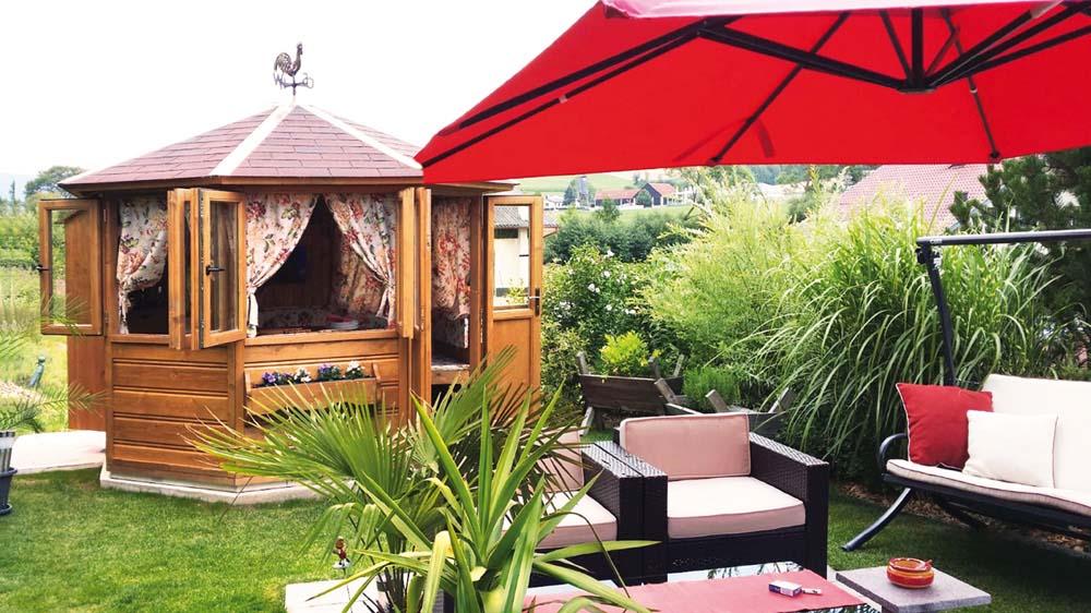 Gartenlaube mit Schirm und Garten